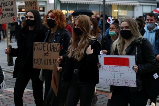 Strajk Kobiet. Urzędniczki ubrane na czarno, nauczycielki prowadzą lekcje o prawach kobiet