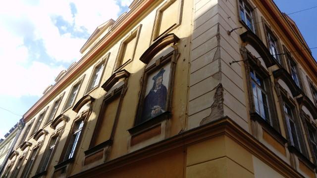 Przechadzając się ulicami Wrocławia można dostrzec portrety wymalowane na zamurowanych oknach i na murach. Ozdabiają budynki w ścisłym centrum, na Hubach czy przy Trójkącie Bermudzkim. A powstały, gdy Wrocław był Europejską Stolicą Kultury i Światową Stolicą Książki UNESCO, w ramach projektu Bibliopolis realizowanego przez Wrocławski Dom Literatury. Przedstawiają jedenastkę pisarzy, poetów, filozofów i księgarzy. Jest też malowidło dodatkowe, stworzone przy zupełnie innej okazji. Autorem wszystkich jest wrocławski artysta o pseudonimie Skont. Gdzie znajdują się portrety i kogo przedstawiają? Sprawdźcie w naszej galerii. Prezentujemy po dwa zdjęcia każdego dzieła: z dalszej i bliższej perspektywy. Jest również niespodzianka, na którą natknęliśmy się na Hubach, w trakcie spaceru śladami malowideł.