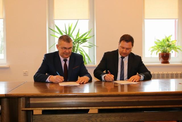 Andrzej Jankowski, wójt gminy Brańsk i Paweł Wyszyński, właściciel firmy Optima Polska podpisują kontrakt