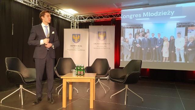 Maksymilian Polis, przewodniczący Forum Młodzieży Województwa Opolskiego podczas prezentacji strategii.