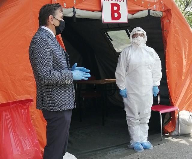 Pierwsi kuracjusze wyjadą do uzdrowisk po epidemicznej przerwie w poniedziałek (15.06). Wcześniej muszą jednak wykonać test na obecność koronawirusa. W tekście znajdziesz informacje, jak wygląda taki test i gdzie można go zrobić.