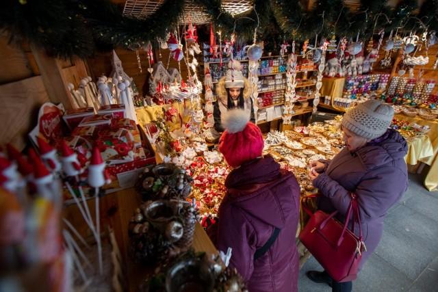 Wielu Polaków w czasie pandemii zostanie pewnie na święta między innymi na terenie Wielkiej Brytanii, czy Niemiec.Brytyjski rząd planuje poluzowanie restrykcji na okres Bożego Narodzenia na tydzień - od 22 do 28 grudnia.  Według planu w spotkaniach świątecznych mogłyby uczestniczyć osoby z trzech gospodarstw domowych.W tym roku nie będzie w Niemczech dużych zabaw sylwestrowych, ale rodziny powinny móc spotkać się na święta Bożego Narodzenia - powiedziała kanclerz Niemiec Angela Merkel. - To będą święta w warunkach epidemii koronawirusa, ale to nie powinny być samotne święta - podkreśliła. (za rp.pl).