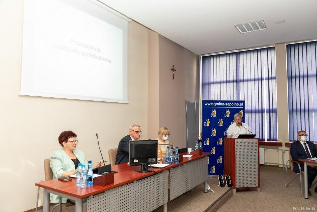 Dyrektor sępoleńskiej oświaty Marek Tymecki: - Średnia wieku naszych nauczycieli jest bardzo wysoka. To 52-53 lata. W niektórych szkołach na emeryturę przejdzie 35 procent nauczycieli, w SP nr 3 mogłoby przejść nawet 50 procent