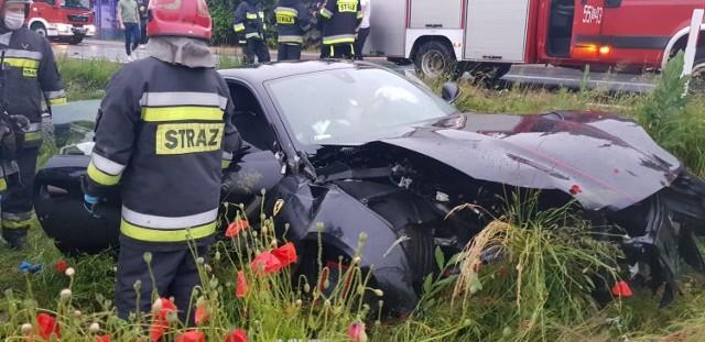 Fatalnie skończył się odruch serca kierowcy ferrari, jadącego w sobotni wieczór przez miejscowość Gaszyn w powiecie Wieluński.  Kierowca chciał ominąć psa, który wbiegł na jezdnię. Stracił panowanie nad samochodem, uderzył w płot i rozbił sportowe auto.Zobacz ZDJĘCIA, czytaj na kolejnych slajdach