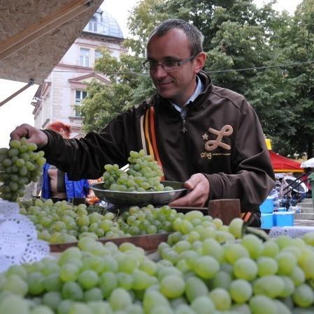 """Robert Koziarski z podnowosolskiej winnicy """"Kinga"""" sprzedaje nasze, lubuskie winogrona. Wielu klientów nie chce uwierzyć, że dorodne owoce nie dojrzewały nad Morzem Śródziemnym"""