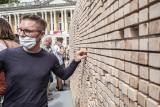"""Na placu Wolności stanął """"Znikający mur"""". To interaktywna instalacja stworzona przez Instytut Goethego - zobacz zdjęcia"""
