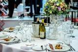 Rząd otwiera restauracje. Co z komuniami i weselami? Ile osób będzie mogło uczestniczyć?
