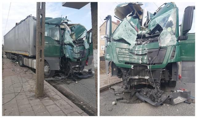 Suchowola. Ciężarówka zjechała na chodnik i ścięła słupy energetyczne. Kierowca nie żyje, droga krajowa nr 8 zablokowana