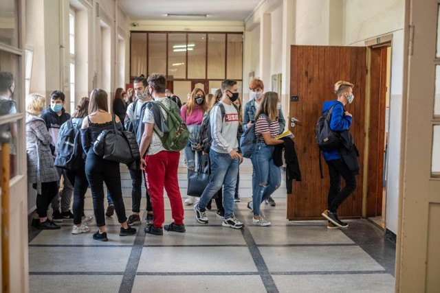 """Szef MEiN przekazał jak będzie wyglądał powrót do szkół. """"Wszyscy w trybie stacjonarnym"""""""