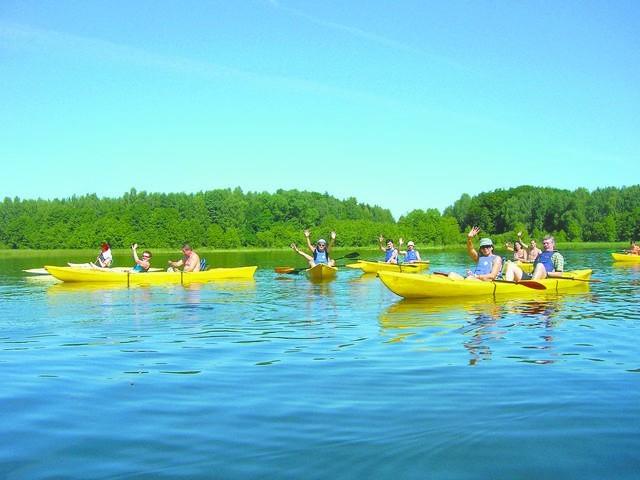 przepływa przez ciąg malowniczych jezior w Zaborskim Parku Krajobrazowym - za Borami Tucholskimi