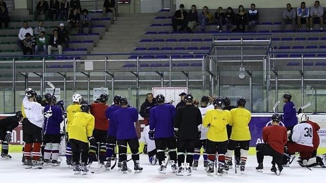 Pierwszym zajęciom na lodzie, mimo późnej wieczorowej pory, przyglądała się spora grupa kibiców.