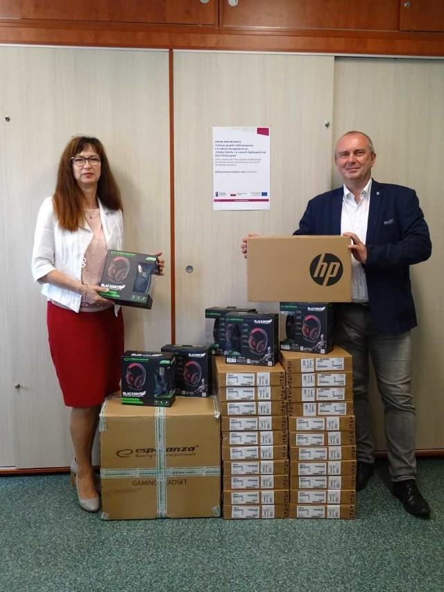 Burmistrz Krapkowic Andrzej Kasiura oraz naczelnik Wydziału Oświaty i Kultury Jolanta Myśluk odebrali sprzęt komputerowy z akcesoriami