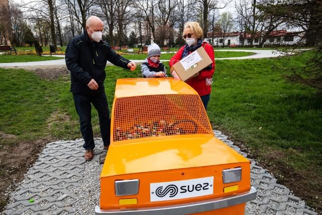 Pojemniki na plastikowe nakrętki cieszą się w Bielsku-Białej dużą popularnością.Zobacz kolejne zdjęcia. Przesuwaj zdjęcia w prawo - naciśnij strzałkę lub przycisk NASTĘPNE