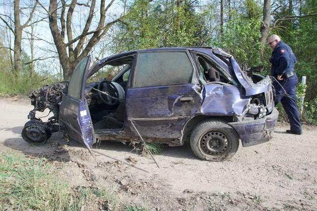 W sobotę, 20 kwietnia w miejscowości Głębocko niedaleko Murowanej Gośliny doszło do wypadku. Na przejeździe kolejowym samochód wjechał pod pociąg. Jedna osoba została ranna. Zobacz więcej zdjęć ---->