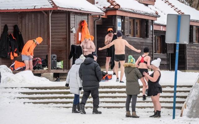 Niedzielna kąpiel członków Stowarzyszenie Morsy Gdyńskie w Gdyni Redłowie (7.02.2021)