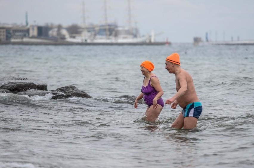 Niedzielna kąpiel członków Stowarzyszenie Morsy Gdyńskie w...