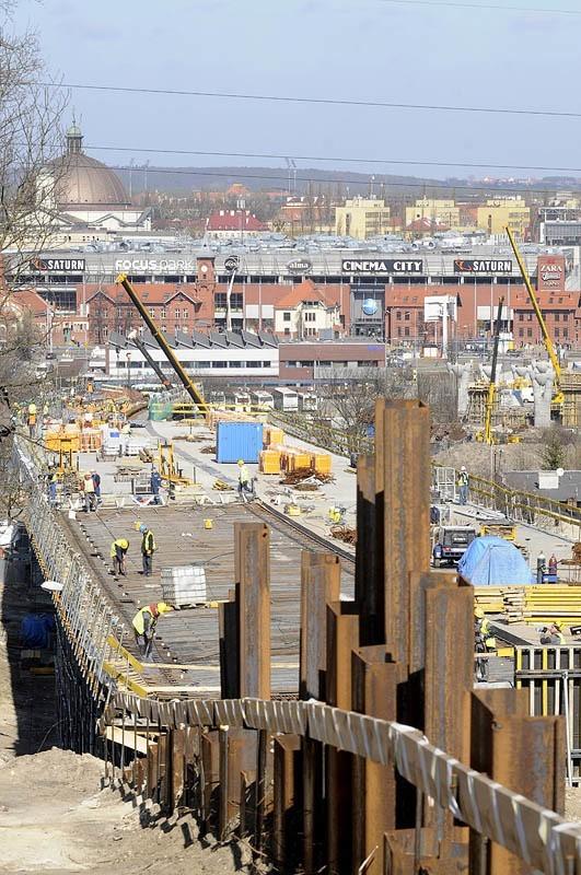 - Każdy element ma swoją skalę skomplikowania - mówi Grzegorz Gajewski, kierownik robót na budowie Trasy Uniwersyteckiej. - Na pewno dość skomplikowane były roboty związane z palami i fundamentami.