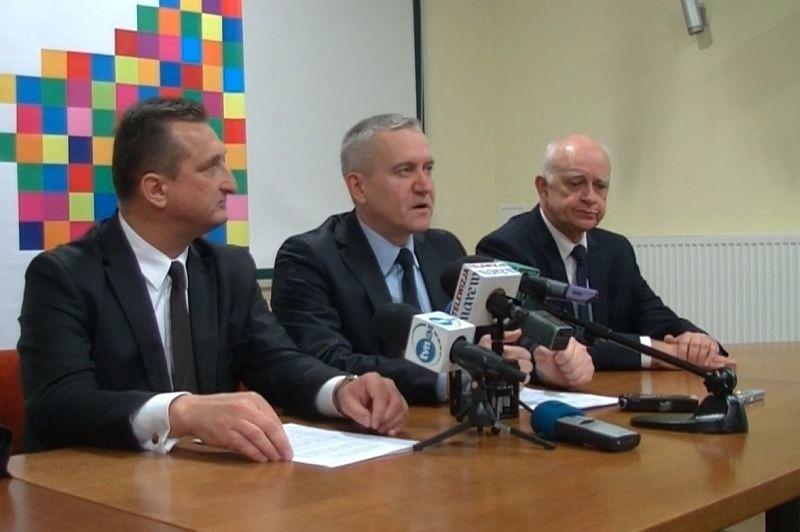 Wojciech Dzierzgowski (PSL, z lewej) i Robert Tyszkiewicz (PO, w środku) podzielili stanowiska i strefy wpływów w sejmiku.