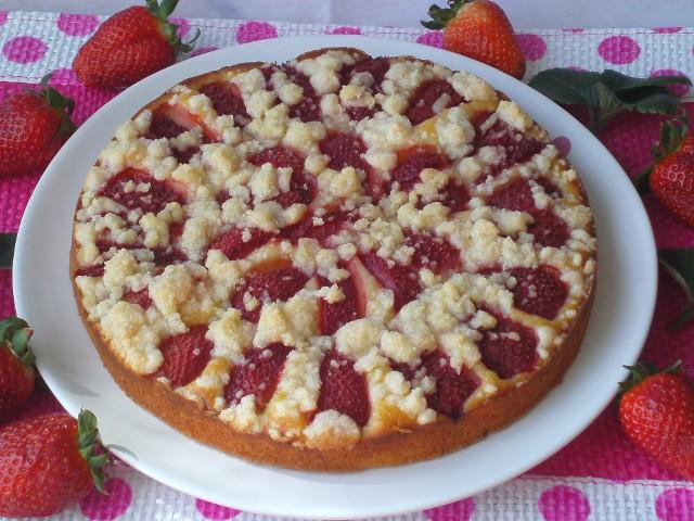 Czy jest coś lepszego od ciasta z truskawkami z kruszonką? Zobaczcie sprawdzone przepisy na takie właśnie pyszne słodkości z truskawkami.