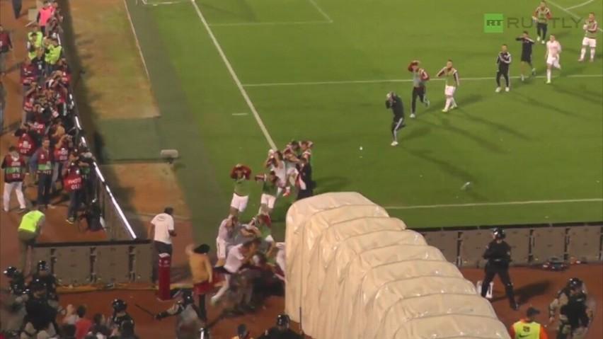 Przepychankami między piłkarzami oraz zamieszkami na...