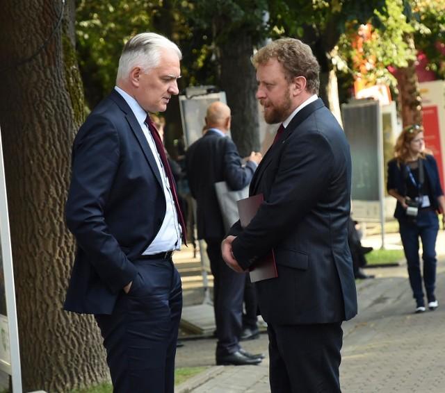 Sondaż: Spadek zaufania do ministra zdrowia Łukasza Szumowskiego i lidera Porozumienia Jarosław Gowina