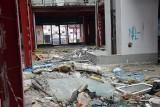 Galeria pod Topolami w Zielonej Górze. Drzwi wyważone. Każdy może wejść do miejsca, które popada w ruinę!