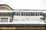 Z dachów przy ul. Gdańskiej w Bydgoszczy zwisają sople. Mogą być niebezpieczne [zdjęcia]