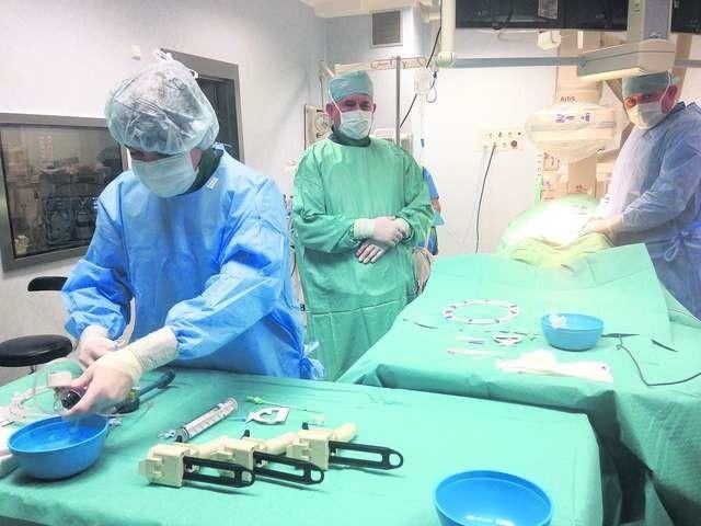 Profesor Stanisław Molski przeprowadził pierwszą w regionie bydgoskim operację za pomocą nowoczesnego stentgraftu Nellix