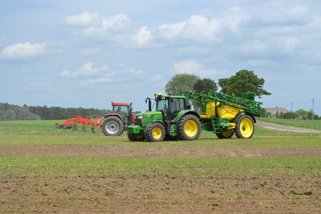Warunkiem przyznania pomocy w ramach systemów wsparcia bezpośredniego jest posiadanie przynajmniej 1 ha gruntów kwalifikujących się do płatności, przy czym minimalna powierzchnia pojedynczej działki rolnej, która może być objęta płatnościami obszarowymi, to 0,1 ha.