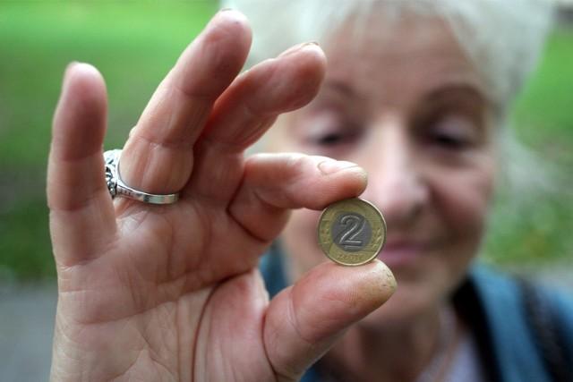 """Czternasta Emerytura ma być wypłacana w listopadzie w wysokości minimalnej emerytury, czyli 1250,88 zł brutto. Nie wszyscy otrzymają ją w takiej samej wysokości, ponieważ w ustawie przewidziano próg dochodowy w wysokości 2900 złotych brutto. Na pełną czternastą emeryturę w takiej wysokości będą mogli liczyć ci, których emerytura nie przekracza 2900 złotych brutto. Jeśli ktoś pobiera wyższą emeryturę, to jego """"czternastka"""" będzie odpowiednio niższa.Ile dokładnie trafi na konta emerytów? Zobacz szczegóły w dalszej części galerii >>>"""