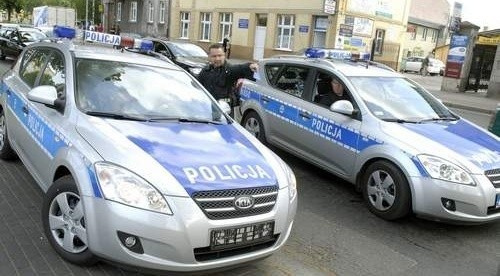 Słupskie radiowozy osaczyły jeden z radiowozów szczecińskich na ul. Tuwima. Nawet nie miał tablic rejestracyjnych.