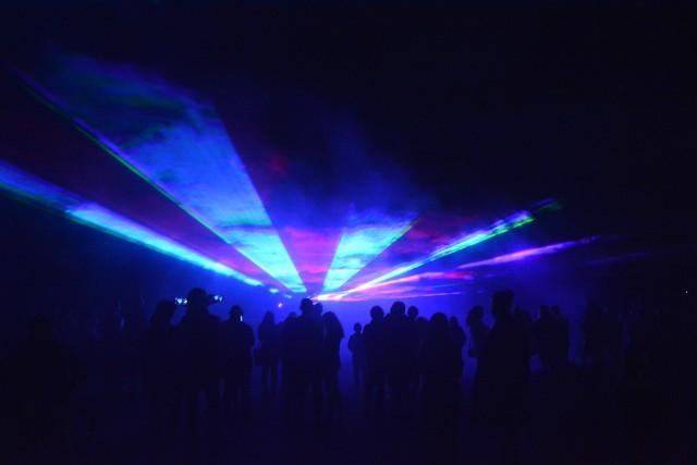 Nad Jeziorem Sępoleńskim odbył się widowiskowy pokaz laserowy. Wcześniej sępólnianie obejrzeli w plenerze seans filmowy
