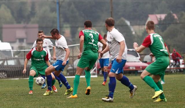 Piłkarze Cosmosu Nowotaniec (zielone stroje) zimą zagrają w ośmiu meczach sparingowych
