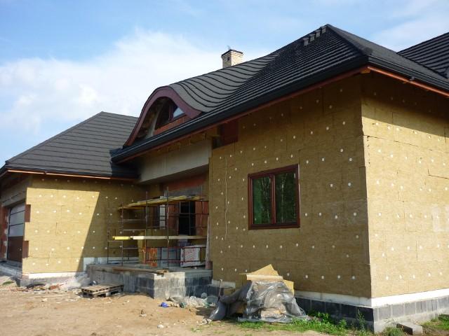 """Budowa domu jednorodzinnegoTeraz w Polsce czas trwania procedury umożliwiającej rozpoczęcie budowy to średnio 57 dni a w dużych miastach nawet 86 dni. Projekt nowej ustawy zakłada skrócenie tego czasu do 30 dni poprzez udzielenie tzw. """"milczącej zgody"""" na zgłoszenie projektu budowlanego."""