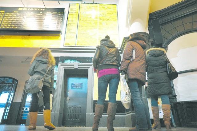Pasażerowie, którzy na co dzień korzystają z kolei, będą mogli dojechać do celu, ale pociągów w przyszłym roku będzie mniej. Zdecydowały o tym m.in. mniejsze wpływy do budżetu województwa.