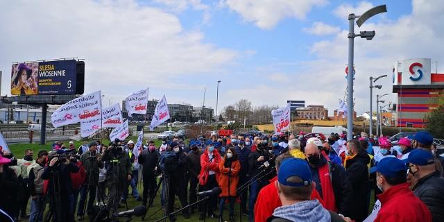 Na konferencji prasowej Solidarności pojawiło się kilkudziesięciu związkowców; Zobacz kolejne zdjęcia. Przesuwaj zdjęcia w prawo - naciśnij strzałkę lub przycisk NASTĘPNE >>>
