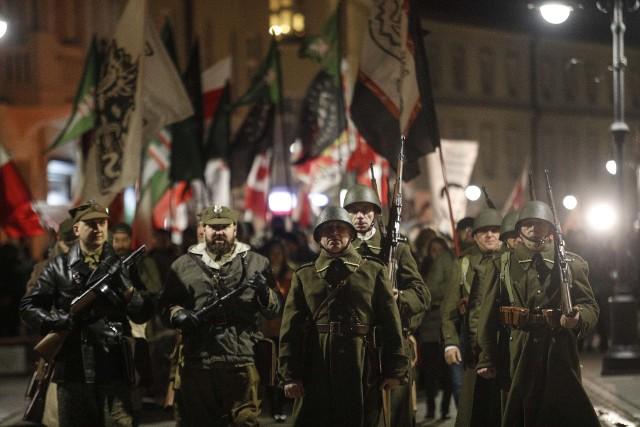 """Marsz Żołnierzy Wyklętych przeszedł przez centrum Rzeszowa. Narodowy Rzeszów i Młodzież Wszechpolska zorganizowały go w ramach obchodów Narodowego Dnia Pamięci Żołnierzy Wyklętych.Marsz wyruszył z rzeszowskiego Rynku. Na ul. 3 Maja pojawili się jego przeciwnicy z transparentami """"Dość fałszowania historii"""" i """"Nie każdy wyklęty to bohater, nie każdy bohater to wyklęty"""". Usunęła ich policja."""