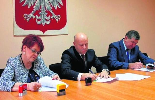Starosta Robert Bednarz (w środku) oraz sekretarz Mirosława Daśko podpisali umowę z wykonawcą robót