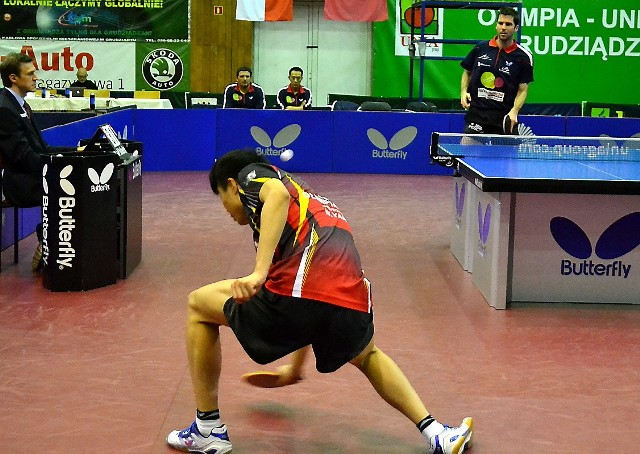 Wang Yang (tyłem) - tenisista Olimpii/Unii Grudziądz, to defensor grający w nowoczesnym stylu, odbiera piłeczki w najtrudniejszych sytuacjach