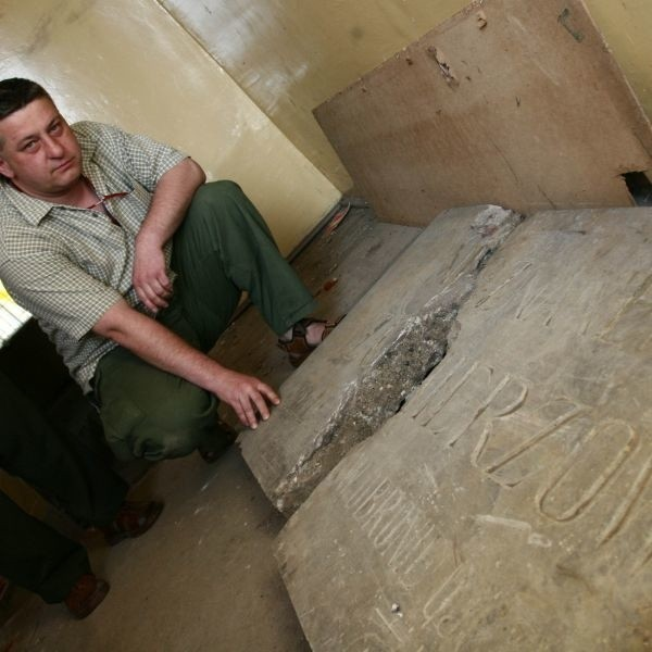 - Marmurowa tablica pochodzi z Grobu Nieznanego Żołnierza - nie ma wątpliwości Dariusz Sońta, szef Związku Piłsudczyków w Radomiu.