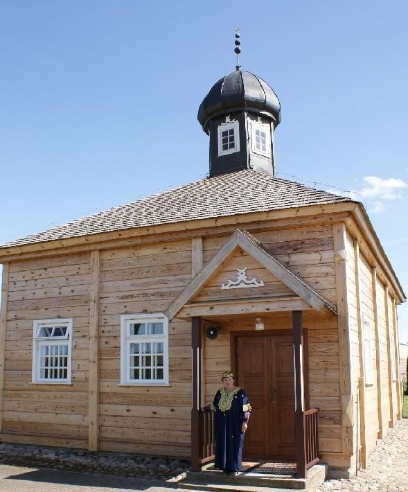W przewodniku na pewno znajdzie się meczet w Bohonikach. Turystów od lat oprowadza po nim Eugenia Radkiewicz.