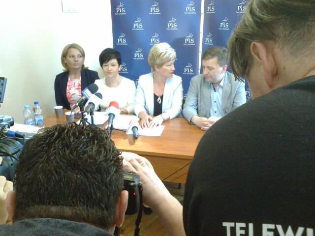 Obsada polityków PiS na poniedziałkowej konferencji prasowej w Grudziądzu była wyjątkowo silna. Na zdjęciu: Małgorzata Taranowicz, Joanna Borowiak, Marzenna Drab, Łukasz Schreiber