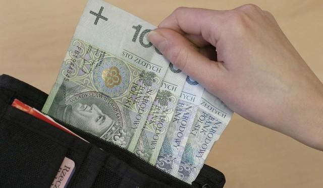 Seniorka kupiła prześcieradło, a przy okazji straciła portfel