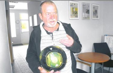 Leonard Tomaszewski przyniósł piłkę do redakcji. – Tak wygląda po jednym użyciu – pokazuje stargardzianin.