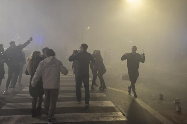 Od kilku lat na skwerze Eki z Małeki, który mieści się przy ul. Małeckiego, Łukaszewicza i Granicznej organizowano sąsiedzkiego sylwestra. Przez wiele lat sylwestrowa noc mijała tu pod znakiem chuligańskich wybryków, których symbolem stało się podpalanie mebli na środku ulicy, ale od kilku lat za sprawą Fundacji Otwarta Strefa Kultury sylwester mija tu w atmosferze sąsiedzkiego pikniku. Impreza się nie odbyła, ale Peja nagrał tam koncert, który można oglądać w sieci. Zobacz zdjęcia -->
