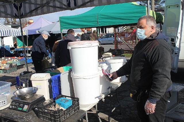 Robert Cegielski poleca na inowrocławskim targowisku  sok z buraków ćwikłowych i kwas chlebowy - o pojemności pół litra i litra - 3,50 i 6 zł