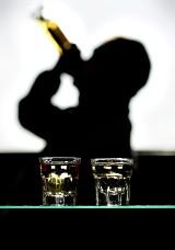 """Jak pić, by nie mieć kaca? Jak działa """"klin""""? Porady przed sylwestrową nocą"""