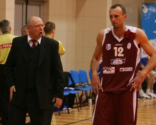 Kapitan Spójni, Andrzej Molenda (z prawej), przez najbliższy czas nie będzie mógł wysłuchiwać pouczeń trenera Mieczysława Majora z uwagi na kontuzję.