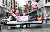 Karnawał w Niemczech: Karykatura Jarosława Kaczyńskiego i innych przywódców na paradzie w Dusseldorfie [ZDJĘCIA] Konsulat RP protestuje