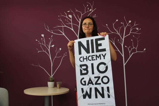 Takie plakaty rozwieszają na wsiach protestujący. - Chcemy uświadomić ludziom, jakie uciążliwości niesie ze sobą biogazownia - mówi Edyta Dziemecka-Piestrak, liderka mieszkańców.
